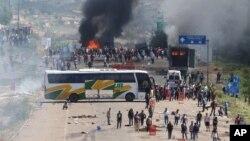 Los enfrentamientos entre maestros y la policía en el estado de Oaxaca duraron unas cinco horas.