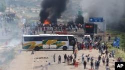 Các giáo viên biểu tình dùng xe buýt ngăn chặn một con đường cao tốc ở bang Oaxaca, gần thị trấn Nochixtlan, Mexico, ngày 19/6/2016.