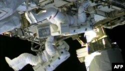 Para astronot ISS saat melakukan perbaikan atas kebocoran gas amonia (foto: dok).