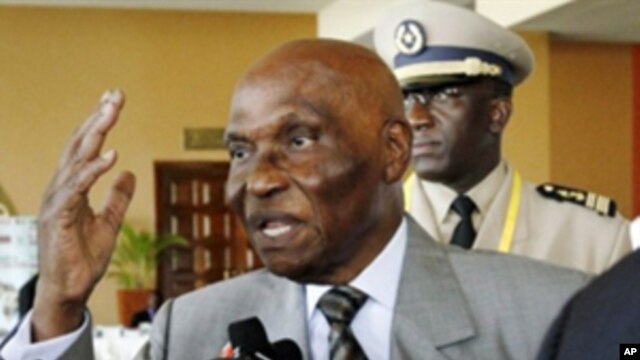 Senegalese President Abdoulaye Wade speaks to journalists at the end  of the 15th African Union Summit in Kampala, 27 Jul 2010