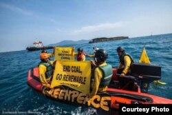Aktivis Greenpeace mengkampanyekan bahasa batubara dan pengangkutannya di Karimunjawa (Foto: Greenpeace Indonesia)