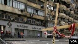 Warga Kristen Koptik Mesir melakukan protes dengan memasang barikade pada jalan menuju gedung utama TV pemerintah Mesir di Kairo (15/5).
