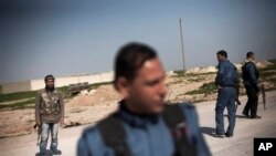 Pejuang Kurdi tegah berjaga di salah satu pos penjagaan di Ras al-Ayn, Suriah (Foto: dok). Puluhan ribu warga dilaporkan terpaksa mengungsi menyusul entrokan antara pejuang Kurdi dan pemberontak terkait al-Qaida di wilayah ini, Selasa (20/8).