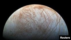 تصویر «اروپا» یکی از قمرهای سیاره مشتری که از عکس هایی که توسط سفینه فضایی «گالیله» ناسا در اواخر سالهای ۱۹۹۰ گرفته شده، خلق شده است