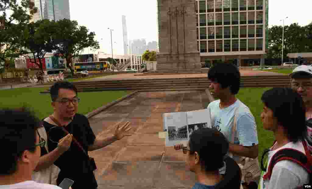 八九香港民主導賞團重回當年港人聲援八九民運活動的地點 (美國之音湯惠芸拍攝)