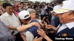 중국인 한국전 참전군인 천뤄비 씨(가운데 왼쪽)가 9일 경기도 파주시 임진각에서 한국의 참전군인들을 만나 포옹하고 있다.