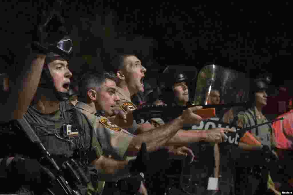 Las autoridades de Ferguson pidieron a los residentes del suburbio de San Luis no salir a la calle a protestar durante la noche para permitir que la paz se asiente.
