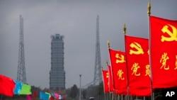 2020年11月23日,中国共产党的旗帜在中国海南省文昌航天发射场的发射台附近飘扬,技术人员正在为嫦娥五号探测器的发射工作做准备。