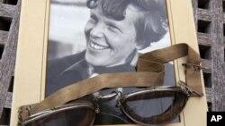 Foto asli Amelia Earhart bertanggal 1937, dan kacamata penerbang yang digunakannya saat kecelakaan pesawatnya yang pertama, dilelang di Galeri Clars, Oakland tahun 2011 (Foto: dok).