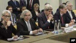 El secretario de Estado, John Kerry (centro) y el ministro de Exteriores británico, Philip Hammond (segundo desde la derecha) durante las conversaciones nucleares con Irán.