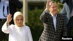 土耳其总理埃尔多安和夫人向支持者挥手