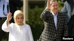 Perdana Menteri Turki Recep Tayyip Erdogan bersama istrinya Emine Erdogan melambaikan tangan ke arah pendukungnya di Ankara (9/6).