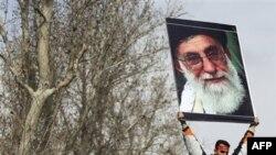 Ủng hộ viên của chính phủ Iran giương cao hình lãnh tụ tối cao Ayatollah Ali Khamenei trong tang lễ của sinh viên Sane Jaleh ở Tehran, ngày 16/2/2011