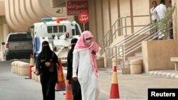 Seorang pria mengenakan masker untuk tindakan preventif terhadap novel coronavirus di kota Khobar, Dammam (Foto: dok). Kementerian Arab Saudi mengatakan lima orang pasien MERS meninggal dunia, Jumat (25/4), sementara jumlah pasien yang terinfeksi virus tersebut terus bertambah.