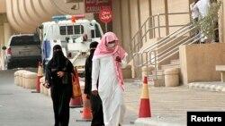 Warga setempat menggunakan masker untuk melindungi diri dari coronavirus, saat berjalan di dekat rumah sakit di Khobar city, Dammam (Foto: dok). WHO memperigatkan dunia agar waspada terhadap gejala penyakit pernafasan akibat coronavirus, MERS.