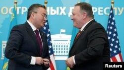 Menlu Amerika Mike Pompeo (kanan) dan Menlu Kazakhstan Mukhtar Tleuberdi usai konferensi pers bersama di Nur-Sultan, Kazakhstan, Minggu (2/2).