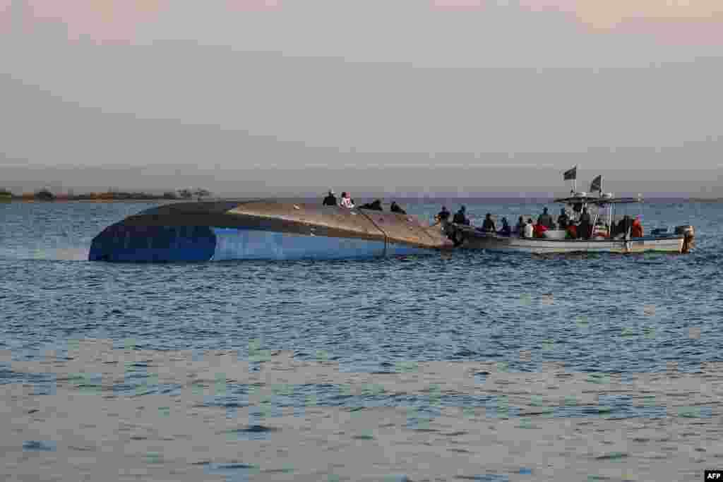 تحقیق درباره دلیل غرق شدن کشتی در دریاچه ویکتوریا در تانزانیا ادامه دارد. حدود ۱۳۰ نفر در این حادثه غرق شدند.