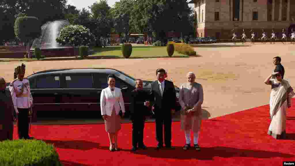 中国国家主席习近平(右二)与印度外长慕克吉(左二)握手。站在一旁的是习近平的妻子彭丽媛(左)和印度总理纳伦德拉·莫迪(右)