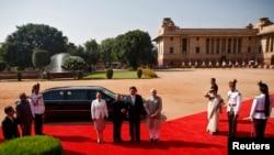 中国主席习近平访问印度,和印度总统在欢迎仪式上握手(2014年9月18日)