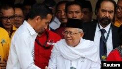Presiden Joko Widodo (kiri) bersalaman dengan calon wakil presiden dalam pemilihan presiden 2019, KH Ma'ruf Amin, di Jakarta, 10 Agustus 2018.