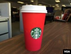 星巴克假日咖啡杯(美国之音杨晨拍摄)
