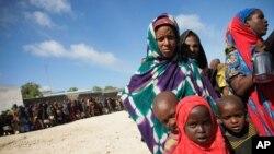 Des femmes et des enfants attendent de la nourriture devant un centre du PAM à Mogadiscio (archives)