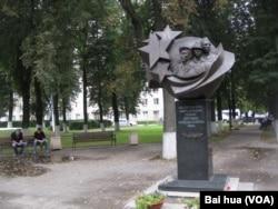 莫斯科市中心的别斯兰人质悲剧纪念碑。俄罗斯在9月3日通常举行别斯兰小学人质悲剧纪念活动。(美国之音白桦拍摄)