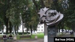 莫斯科市中心的別斯蘭人質悲劇紀念碑。俄羅斯在9月3日通常舉行別斯蘭小學人質悲劇紀念活動。(美國之音白樺拍攝)