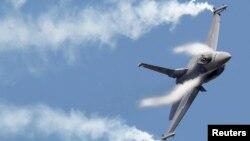 Sebuah pesawat F16 beraksi dalam pameran udara di Le Bourget, Paris (foto: ilustrasi).