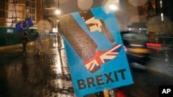 Vozila prolaze pored antibregzit natpisa koji je ostavljn nedaleko od parlamenta u Londonu, 29. januara 2019.