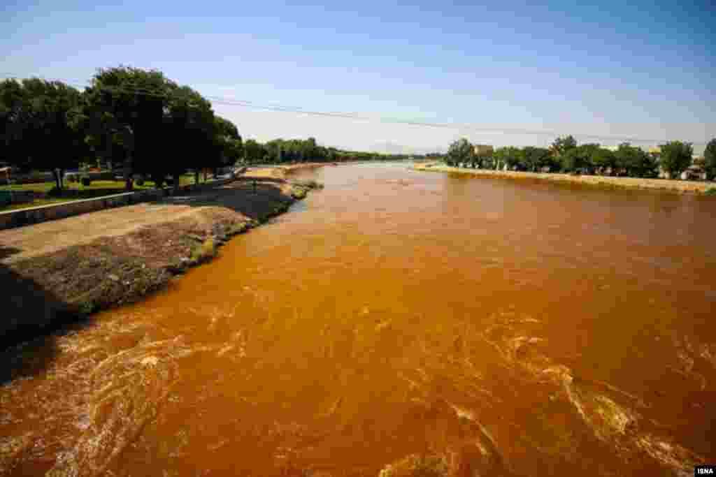 سرخ شدن آب زاینده رود عکس: مرتضی زنگنه