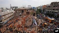 Tim SAR dan para petugas pemadam kebakaran berupaya melakukan pencarian korban di lokasi runtuhnya bangunan hotel di India selatan (8/7).