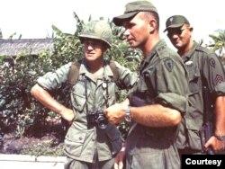 Peter với các cố vấn quân sự Mỹ tại Pleiku năm 1969. Ông cho biết chưa bao giờ bị từ chối cho tham dự vào các cuộc hành quân và quân đội Mỹ biết rõ những gì ông sẽ tường trình mà hiếm khi than phiền. (Hình: Peter Arnett cung cấp)