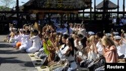 """Para kontestan """"Miss World 2013"""" melakukan sembahyang bersama di Pura Besakih di Karangasem, Bali (11/9)."""
