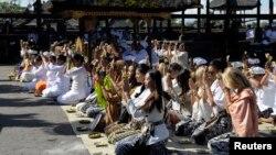 Thí sinh dự thi hoa hậu thế giới cầu nguyện khi đến thăm đền thờ Basakih trên đảo Bali