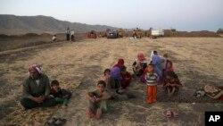 ພວກອົບພະຍົບອີຣັກ ຈາກປະຊາຄົມ Yazidi ພາກັນຕັ້ງຫຼັກ ຢູ່ນອກຄ້າຍ Bajid Kandala ທີ່ ເມືອງ Feeshkhabour ໃກ້ກັບຊາຍແດນຊີເຣຍ-ອີຣັກ, ວັນທີ 9 ສິງຫາ 2014