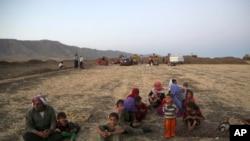 آوارگان جامعه ایزدی عراق، در اردوگاهی در نزدیکی مرز عراق و سوریه – ۱۸ مردادماه ۱۳۹۳ (۹ اوت ۲۰۱۴)