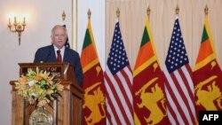 토머스 섀넌 미 국무부 정무차관이 6일 스리랑카 콜롬보에서 파라사드 카리야와삼 스리랑카 외무차관과 공동기자회견에 참석했다.