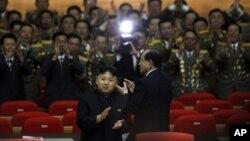 지난 4월 25일 북한 인민군창설 80주년 기념 공연에 참석한 김정은 국방위 제1위원장(가운데). (자료사진)