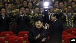 지난 4월 25일 북한 인민군창설 80주년 기념 공연에 참석한 김정은 국방위 제1위원장(가운데). (자료 사진)