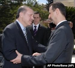 Fotoğraf, Erdoğan'ın başbakanlık döneminde, 2007 yılında Türkiye ve Suriye milli futbol takımları arasındaki özel maçı izlemek üzere Halep'e 2007'de yaptığı ziyarette çekilmiş ve Suriye resmi haber ajansı SANA tarafından servis edilmişti.
