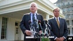 İki Cumhuriyetçi Senatör John McCain ve Lindsey Graham Beyaz Saray'da Başkan Obama ile görüştükten sonra açıklama yaparken