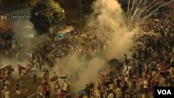香港警方向示威者發射催淚彈(視頻截圖)