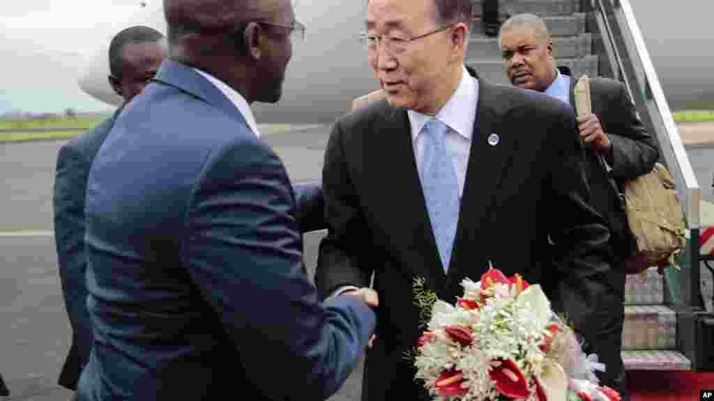 Le sécrétaire général de l'ONU Ban Ki-moon, est accueilli par le premier vice-président, Gaston Sindimwso, à son arrivée à Bujumbura, le 22 février 2016