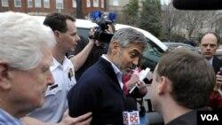 Polisi menahan George Clooney (tengah) dan beberapa tokoh agama dan aktivis yang menolak meninggalkan halaman Kedutaan Sudan di Washington (16/3).