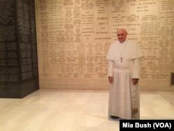 Papa de cartão na Basilica Nacional da Imaculada Conceição