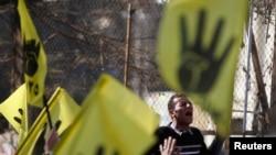 12月27号穆兄会成员在周五祷告后于开罗南部郊区麦迪的阿拉亚清真寺前呼喊反军方口号。