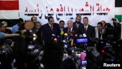 Mohamed Damati (tengah), pengacara yang bertanggungjawab atas pembelaan Presiden terguling Mesir, Mohammad Morsi, dalam konferensi pers di Kairo, 13 November 2013 (Foto: dok).