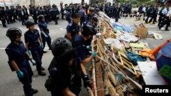 Polisi Hong Kong mengamankan komplek kantor pemerintahan dari aktivis pro-demokrasi (foto: dok). Polisi Hong Kong meningkatkan pengawasan ketat terhadap media sosial dan internet.