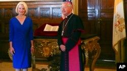 La embajadora de EE.UU. en el Vaticano, Calista Gingrich, y el arzobispo Jean-Louis Brugues durante la entrega a la Santa Sede de una copia auténtica de una carta de Cristóbal Colón, de 1943, en la que anuncia el descubrimiento del Nuevo Mundo. La carta había sido robada de una biblioteca europea.